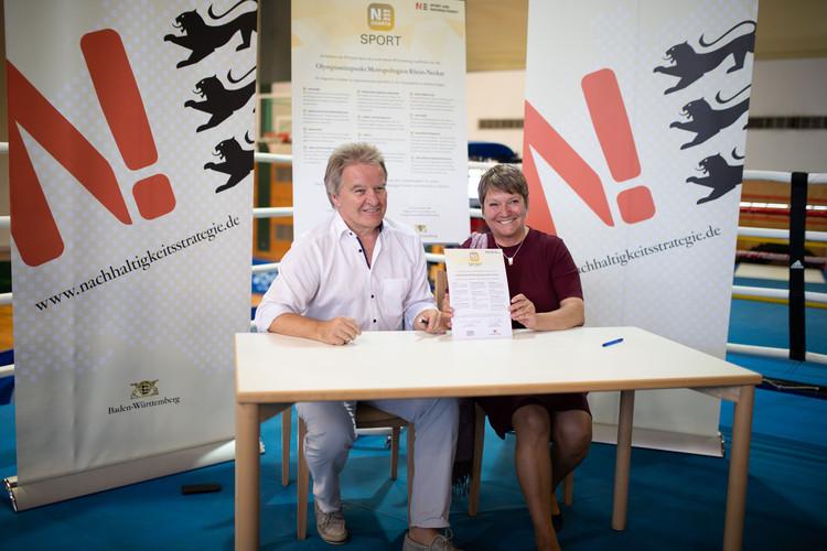 Erstunterzeichnung der N!-Charta: Franz Untersteller, Umweltminister Baden-Württemberg, und Elvira Menzer-Haasis, Präsidentin LSV BW. Bild: Tobias Dittmer